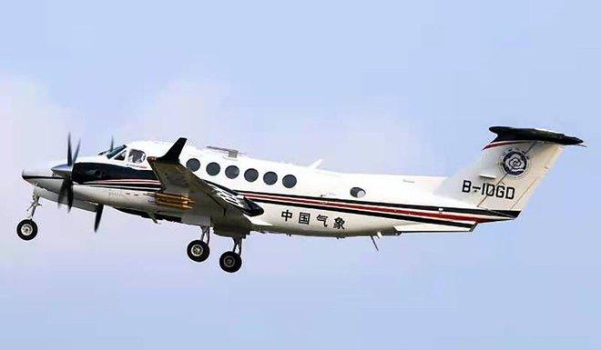 Máy bay gặp nạn đâm xuyên 3 nhà dân: Khói đen bay nghịt trời, phi công tử vong ngay tại chỗ - Ảnh 2.