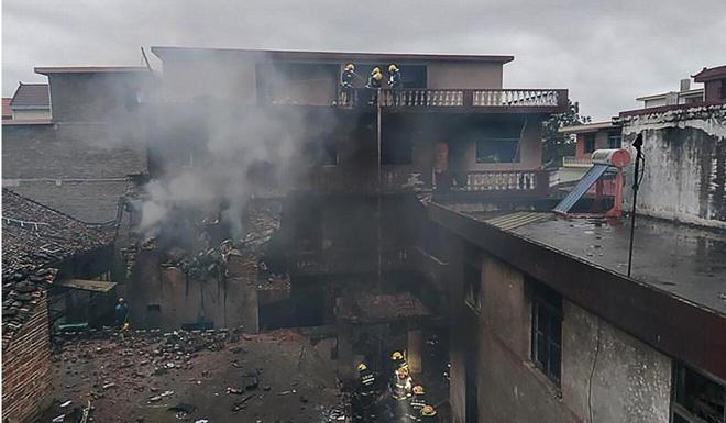 Máy bay gặp nạn đâm xuyên 3 nhà dân: Khói đen bay nghịt trời, phi công tử vong ngay tại chỗ - Ảnh 1.