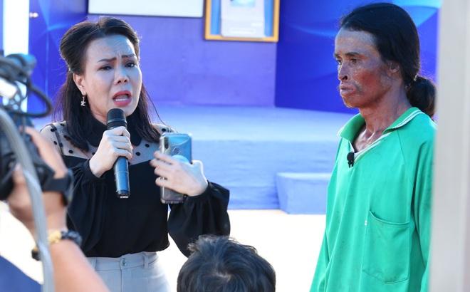 Người đàn ông bị biến dạng xin lỗi mẹ khiến Việt Hương bật khóc: Tôi có lỗi với mẹ!