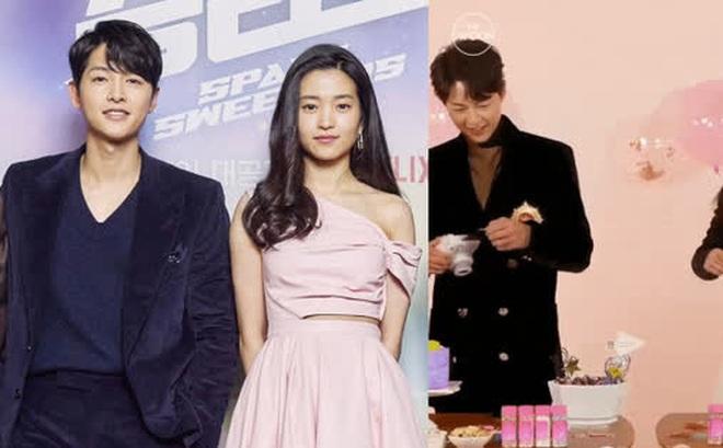 Sau Song Hye Kyo, lâu lắm mới có bạn diễn thân mật với Song Joong Ki thế này: Hết cười đùa lại chụp ảnh riêng, liệu có mờ ám?