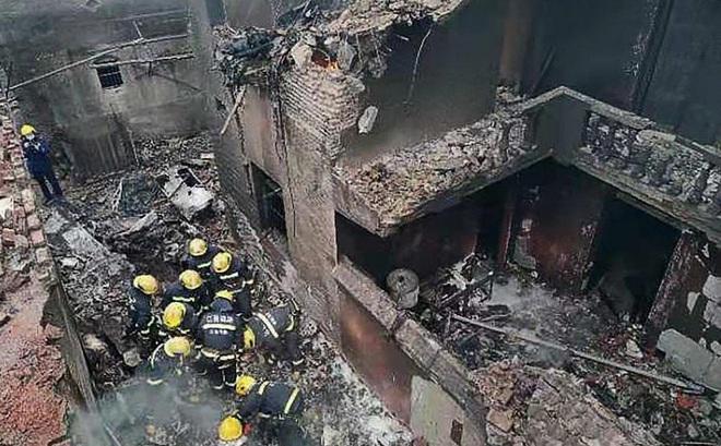 Máy bay gặp nạn đâm xuyên 3 nhà dân: Khói đen bay nghịt trời, phi công tử vong ngay tại chỗ