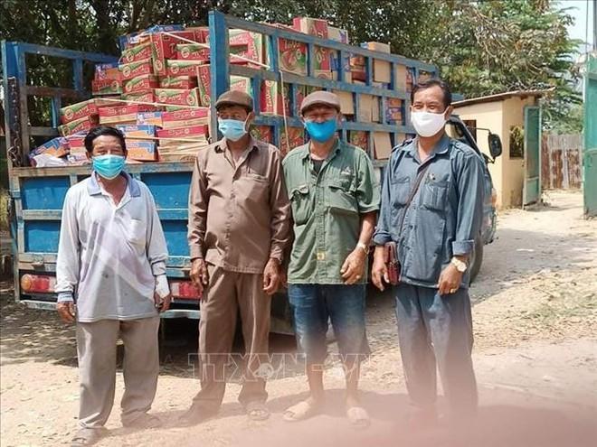Tiếp tục cứu trợ cộng đồng người Việt gặp khó khăn do dịch COVID-19 ở Campuchia - Ảnh 1.