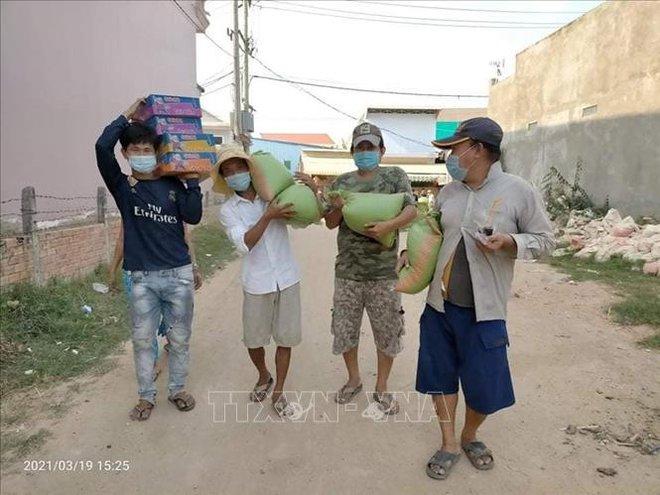Tiếp tục cứu trợ cộng đồng người Việt gặp khó khăn do dịch COVID-19 ở Campuchia - Ảnh 2.