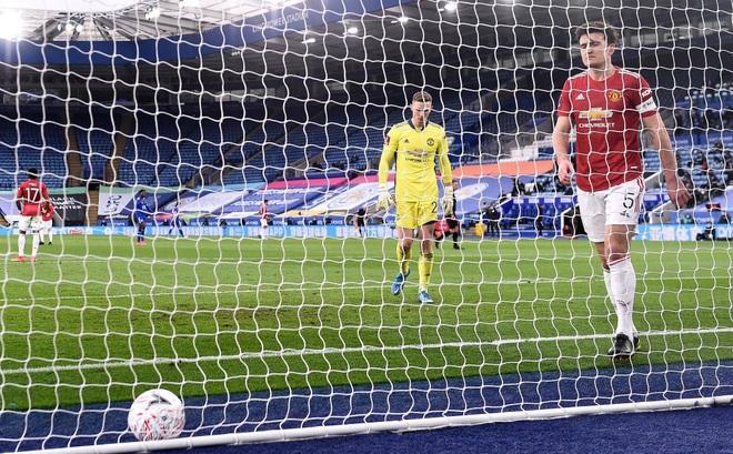 """Dàn cận vệ thép thi nhau """"báo hại"""", mộng vô địch của Man United tan nát trước Leicester"""