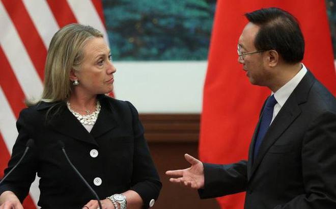 """Màn """"đụng độ"""" ở Hà Nội: Ông Dương Khiết Trì giận tái mặt, bà Clinton """"quật ngã"""" Trung Quốc chỉ bằng vài câu nói"""