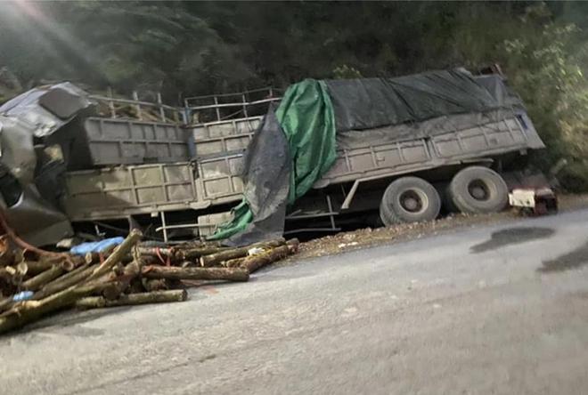 Hình ảnh mới nhất hiện trường vụ tai nạn xe tải làm 7 người ngồi trên cabin và thùng xe tử vong - Ảnh 9.