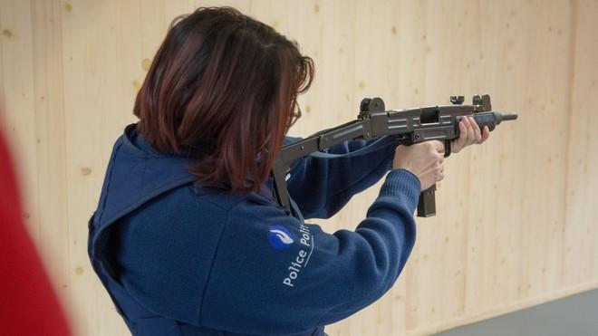 Uy lực khẩu súng tiểu liên 70 năm tuổi nổi tiếng nhất trên thế giới - Ảnh 1.