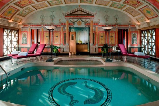 Tại sao phòng Tổng thống trong khách sạn có giá thuê hàng trăm triệu đồng một đêm? 5 dịch vụ ẩn ít người biết - Ảnh 1.
