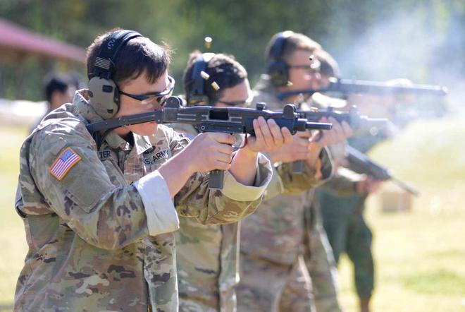 Uy lực khẩu súng tiểu liên 70 năm tuổi nổi tiếng nhất trên thế giới - Ảnh 6.