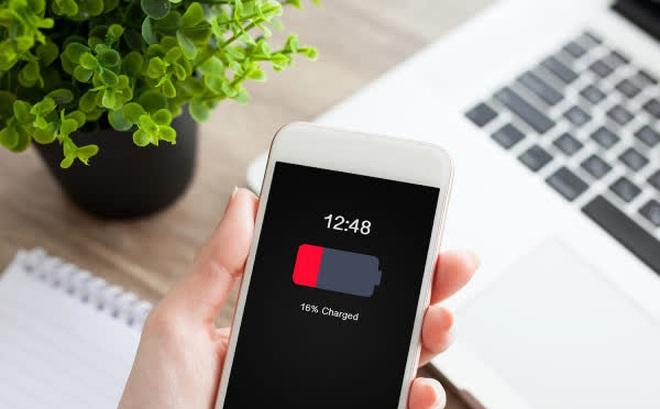 """Chỉ cần thấy 2 dấu hiệu này nên thay pin điện thoại ngay kẻo """"rước"""" họa vào thân"""