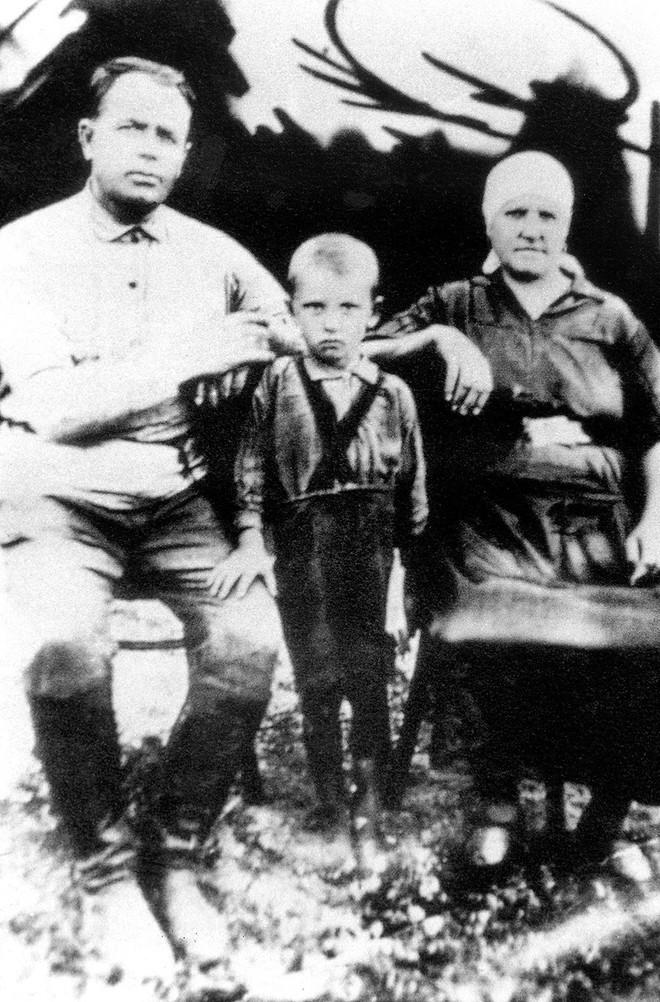 Bức ảnh biết nói về ông Gorbachev: Từ con trai nhà thuần nông đến Tổng thống Liên Xô - Ảnh 1.