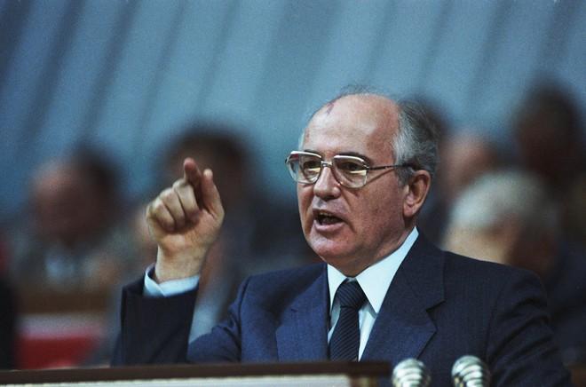 Bức ảnh biết nói về ông Gorbachev: Từ con trai nhà thuần nông đến Tổng thống Liên Xô - Ảnh 3.