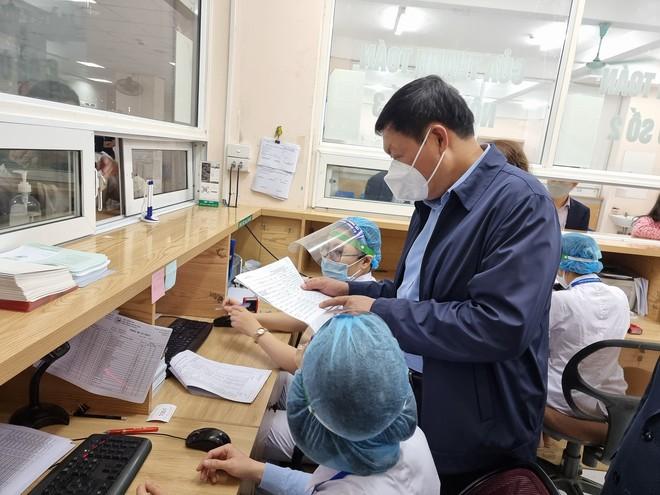 Hà Nội: 12 trường hợp phản ứng sau tiêm vắc xin phòng Covid-19, có 1 trường hợp phản vệ độ 3 - Ảnh 1.