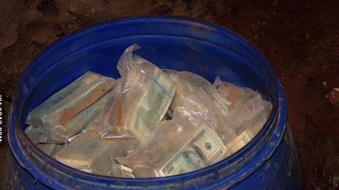 Đào rãnh dẫn nước, lão nông phát hiện 1 chiếc thùng nhựa, bên trong là thứ ai cũng muốn có 002