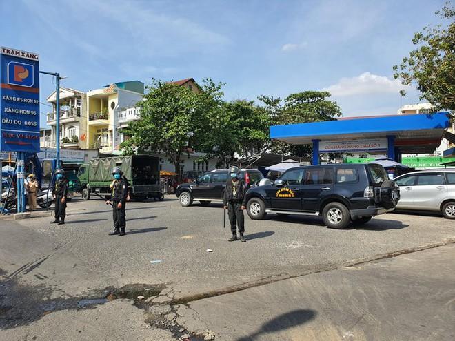 Cảnh sát cơ động bất ngờ phong toả cây xăng ở TP.HCM - Ảnh 1.