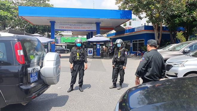 Công an tỉnh Đồng Nai trang bị vũ khí, đồng loạt khám xét khẩn cấp nhiều cây xăng ở TP.HCM, Bình Phước - Ảnh 5.