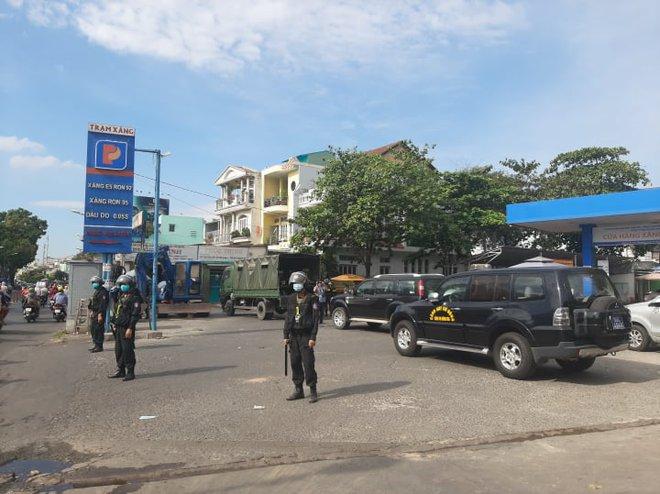 Công an tỉnh Đồng Nai trang bị vũ khí, đồng loạt khám xét khẩn cấp nhiều cây xăng ở TP.HCM, Bình Phước - Ảnh 7.