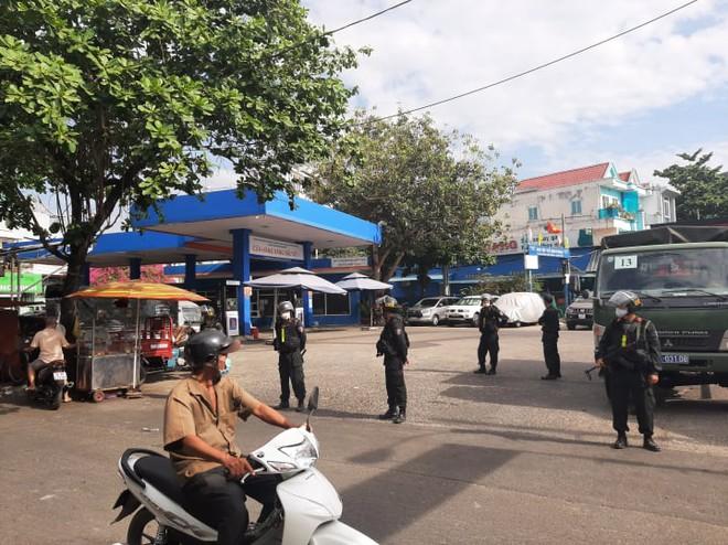 Công an tỉnh Đồng Nai trang bị vũ khí, đồng loạt khám xét khẩn cấp nhiều cây xăng ở TP.HCM, Bình Phước - Ảnh 8.