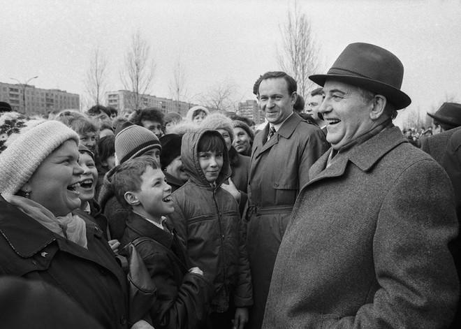 Bức ảnh biết nói về ông Gorbachev: Từ con trai nhà thuần nông đến Tổng thống Liên Xô - Ảnh 8.