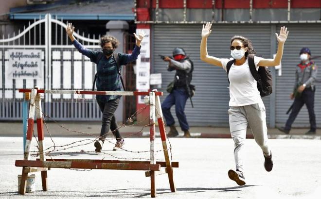 """Quân đội Myanmar cảnh báo """"nóng"""" trước ngày quan trọng: Người biểu tình coi chừng bị bắn vào đầu!"""