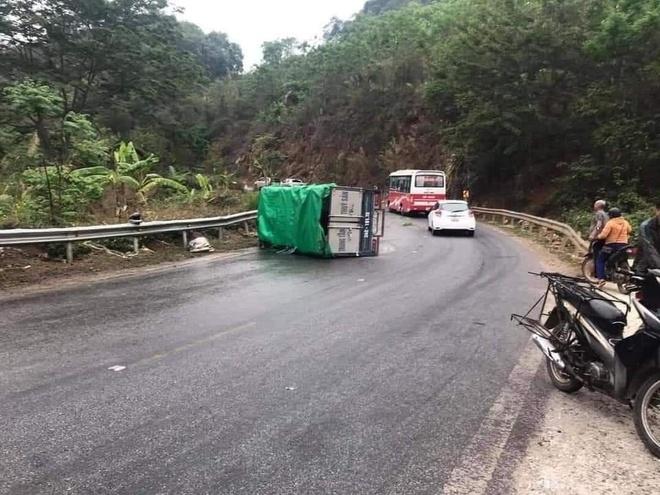 Ô tô đâm nhau liên hoàn trên Quốc lộ 6, 4 người bị thương - Ảnh 3.