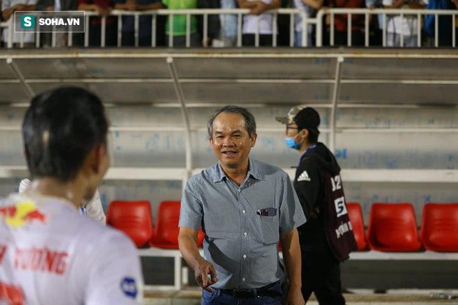 HLV Kiatisuk biểu cảm lạ khi chuẩn bị làm hại học trò cưng Minh Vương - Ảnh 1.