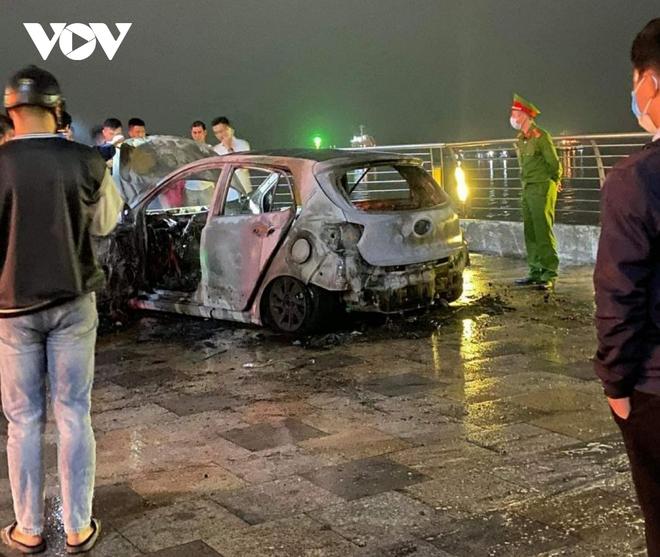 Xe ô tô 5 chỗ bất ngờ bốc cháy ở đường bao biển Quảng Ninh - Ảnh 2.