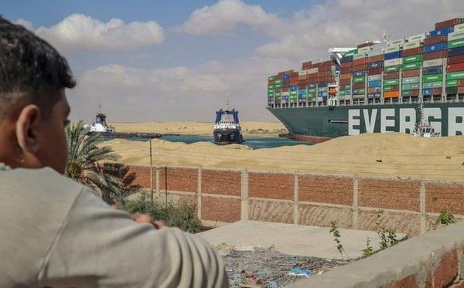 """150 năm huy hoàng của kênh đào Suez """"sụp đổ"""" vì một con tàu mắc kẹt"""