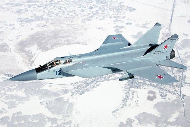 Video: Tiêm kích MiG-31 của Nga có chuyến bay lịch sử đầu tiên qua Cực Bắc - Ảnh 1.