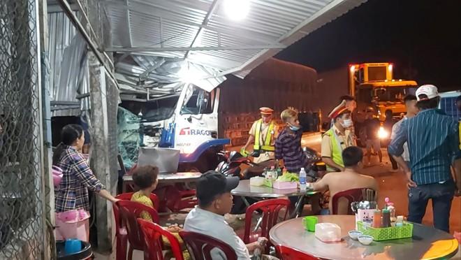Tiền Giang: Thảm nhựa đường không đặt cảnh báo, một xe tải lao vào nhà dân  - Ảnh 1.