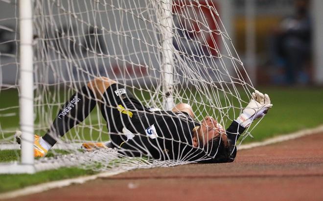 """Tấn Trường """"gục"""" vì siêu phẩm, Hà Nội FC suýt nhận cú sốc lớn ngày Quang Hải trở lại"""