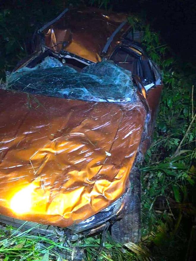 Xe bán tải lộn nhiều vòng lật xuống vực sâu hơn 100m khiến 1 người tử vong, 2 người bị thương ở Nghệ An - Ảnh 2.