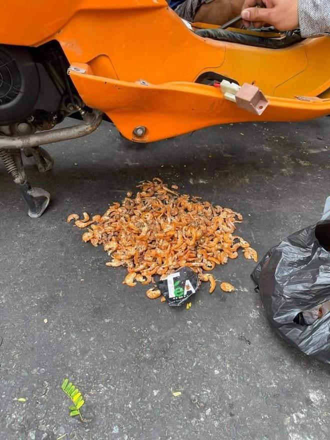 Mang xe đi sửa, cô gái choáng váng khi phát hiện đồ bên trong, nhiều người thấy nổi da gà - Ảnh 1.