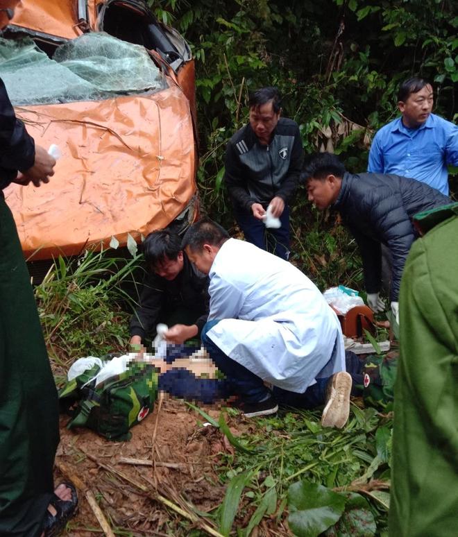 Xe bán tải lộn nhiều vòng lật xuống vực sâu hơn 100m khiến 1 người tử vong, 2 người bị thương ở Nghệ An - Ảnh 3.