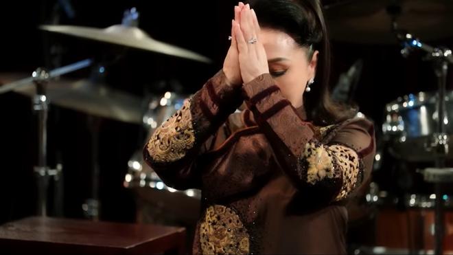 NSND Bạch Tuyết bật khóc trên sân khấu: Cho phép tôi xin được quỳ lạy một lạy - Ảnh 4.