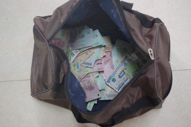Vụ cướp ngân hàng ở Kiên Giang: Mua súng 21 triệu, cướp gần 400 triệu đồng - Ảnh 4.