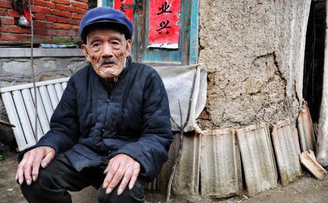 Lão nông tìm thấy cái hộp lạ trên núi, bên trong còn có chiếc quạt ngọc bích: Kết luận của chuyên gia khiến ông tái mặt