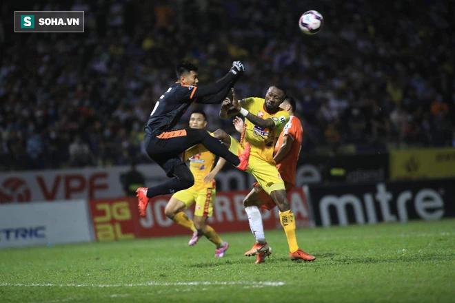 Thủ môn quan trọng của thầy Park đau đớn nằm sân sau cú phi thân từ tiền đạo nhập tịch - Ảnh 3.