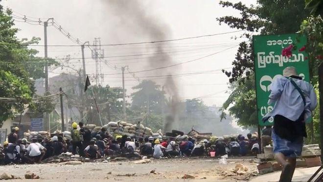 Hơn 500 người chết từ khi đảo chính, Myanmar hứng biểu tình rác - Ảnh 1.