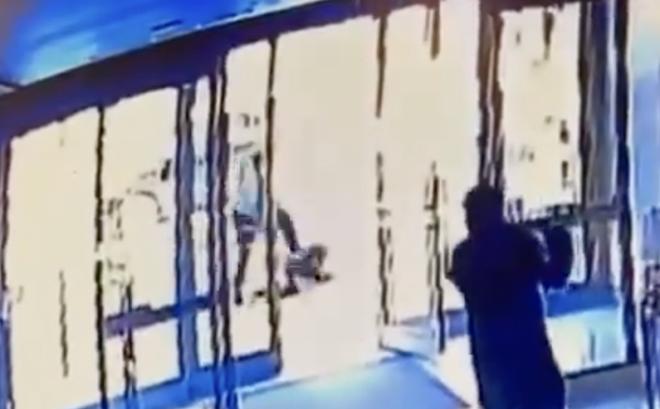 Video: Đang đi đường, một phụ nữ gốc Á bị đạp nhiều lần vào mặt, người nhìn thấy vội đóng cửa