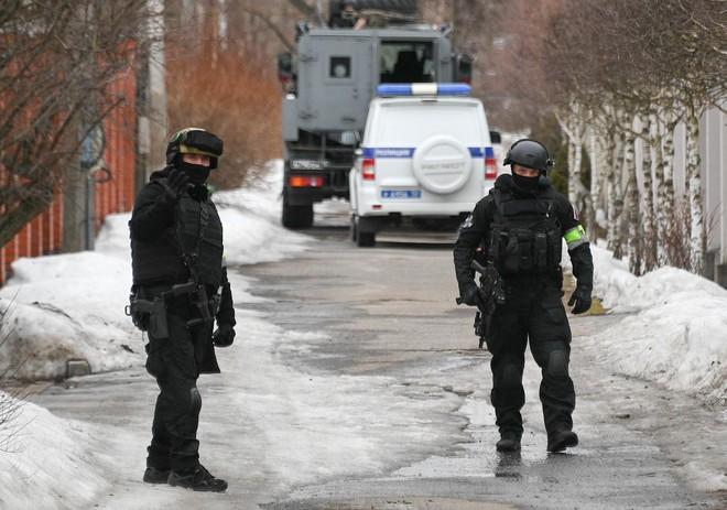 Đại gia Nga cố thủ trong kho vũ khí, đấu súng với đặc nhiệm Moscow - Ảnh 1.