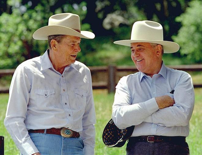 Bức ảnh biết nói về ông Gorbachev: Từ con trai nhà thuần nông đến Tổng thống Liên Xô - Ảnh 9.