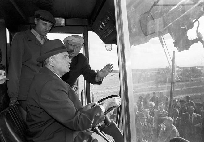 Bức ảnh biết nói về ông Gorbachev: Từ con trai nhà thuần nông đến Tổng thống Liên Xô - Ảnh 10.