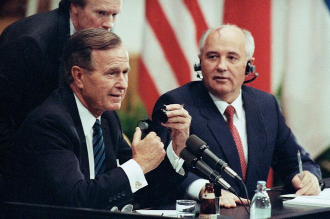 Bức ảnh biết nói về ông Gorbachev: Từ con trai nhà thuần nông đến Tổng thống Liên Xô - Ảnh 11.