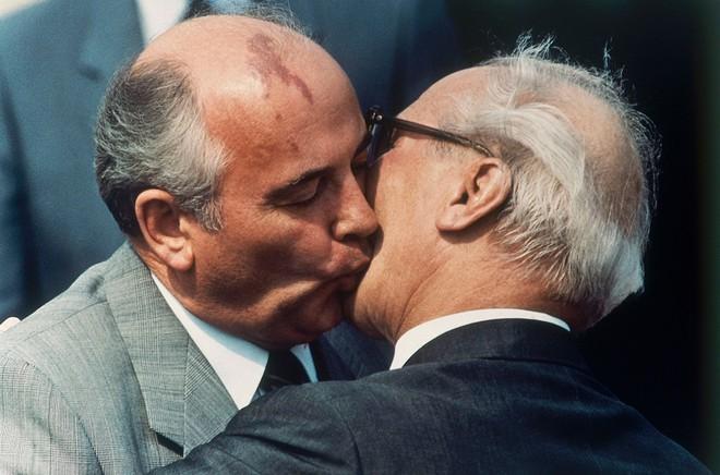 Bức ảnh biết nói về ông Gorbachev: Từ con trai nhà thuần nông đến Tổng thống Liên Xô - Ảnh 13.