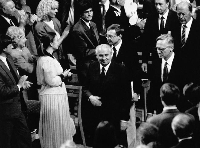 Bức ảnh biết nói về ông Gorbachev: Từ con trai nhà thuần nông đến Tổng thống Liên Xô - Ảnh 14.