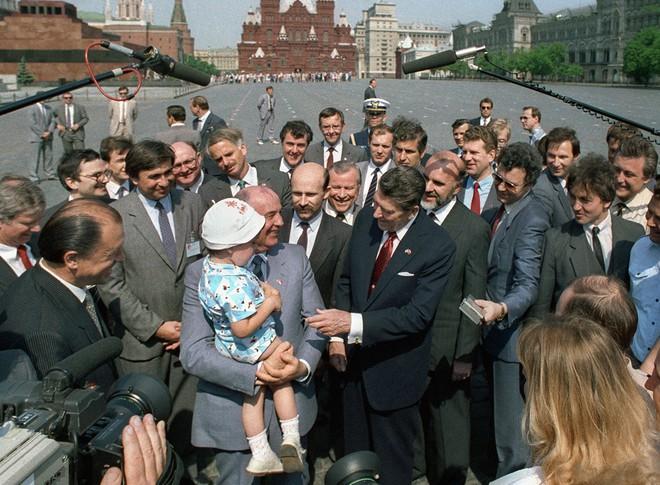 Bức ảnh biết nói về ông Gorbachev: Từ con trai nhà thuần nông đến Tổng thống Liên Xô - Ảnh 15.