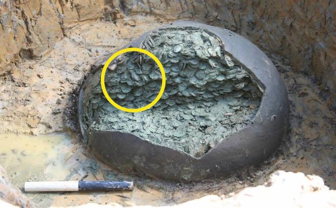 Thợ săn kho báu nghiệp dư tìm thấy cái chum cũ trên cánh đồng: Đập vỡ cạnh chum, nhận ra kho báu 1 triệu USD
