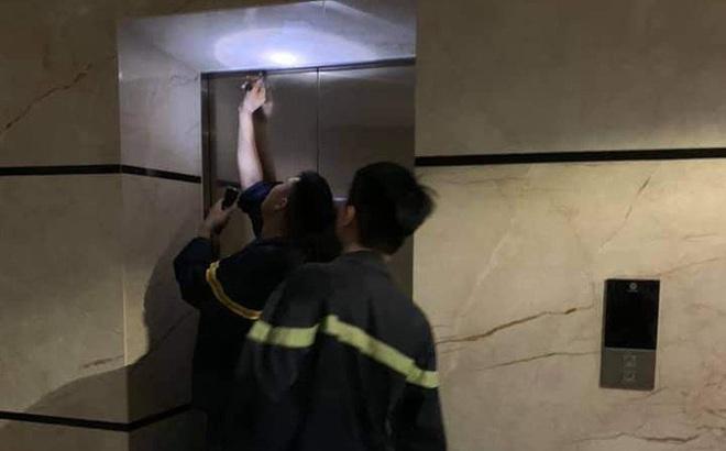 """2 mẹ con bị """"nhốt"""" trong thang máy chung cư cao cấp ở Hà Nội gần 1 giờ vì sự cố báo cháy"""