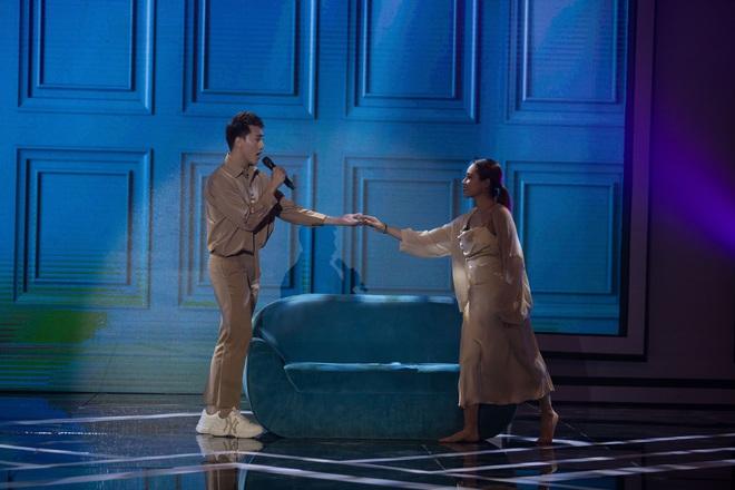 Vũ công Đình Lộc khiến Quốc Thiên bất ngờ khi trổ tài ca hát  - Ảnh 2.